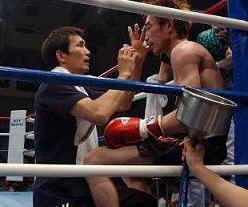 セコンドにメンテナンスを受けるボクサー